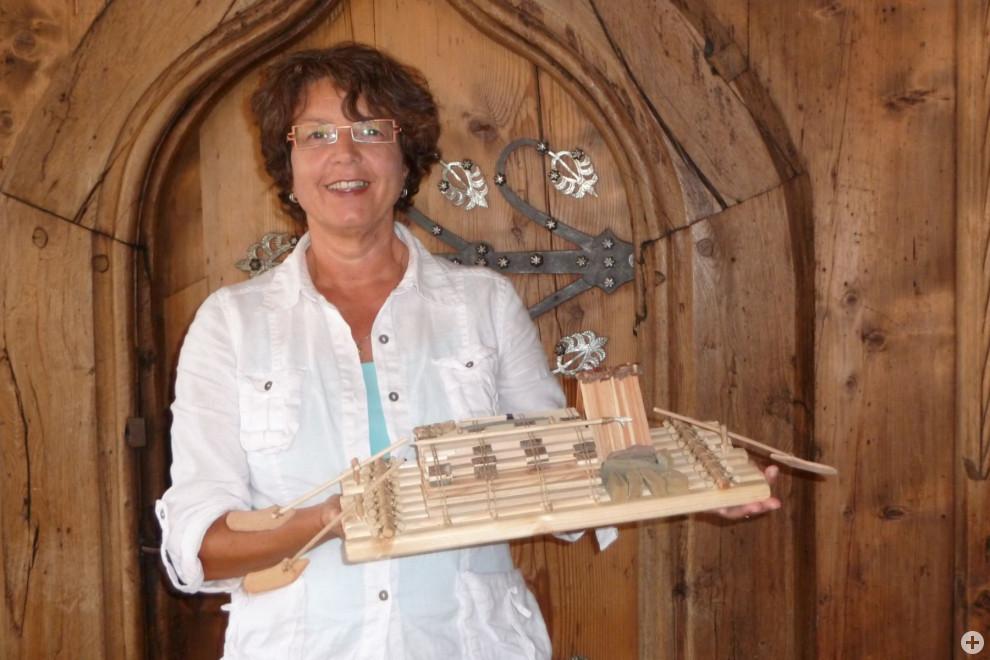 Stadtführerin Renate Zöpf vor Holztüre
